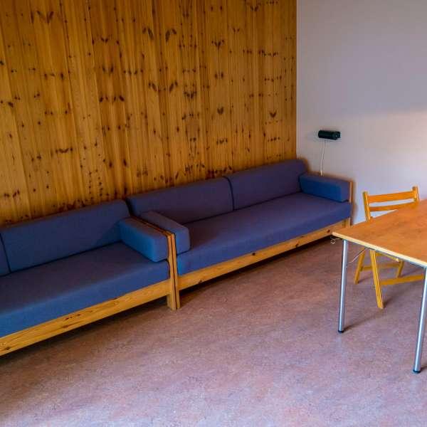 Siddemuligheder i fælleslokalet på en af hytterne på Mikkelberg - Nordisk center for kunst og cricket i Hatsted