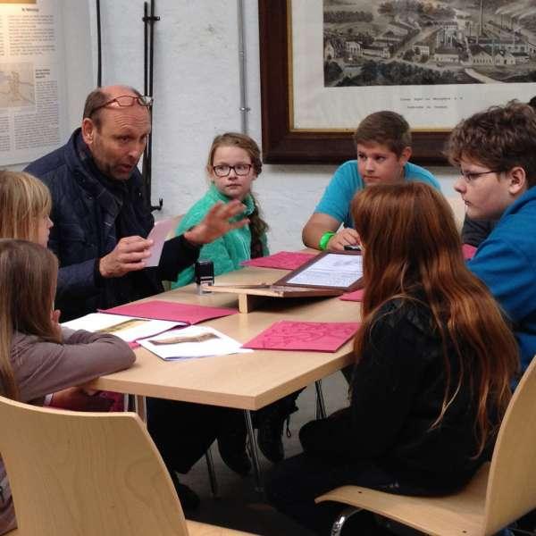 Skoleelever undern en museumsrally på Kobbermølle Industrimuseum i Harreslev ved Flensborg