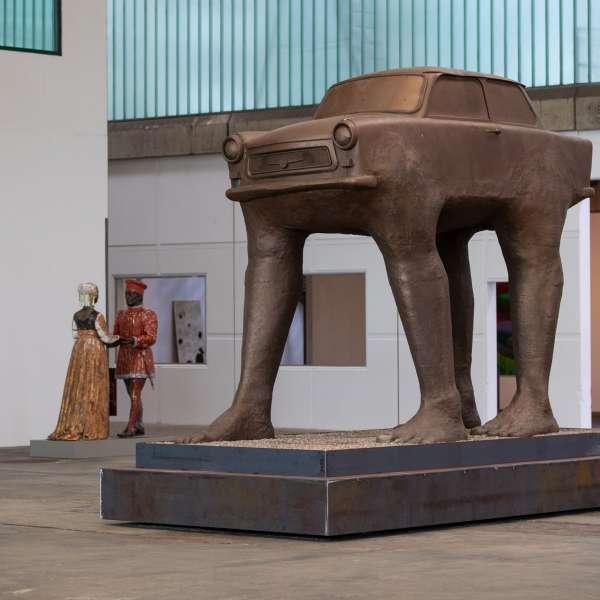 Skulptur af bil på gåben på kunstudstillingen NordArt i Bydelstorp