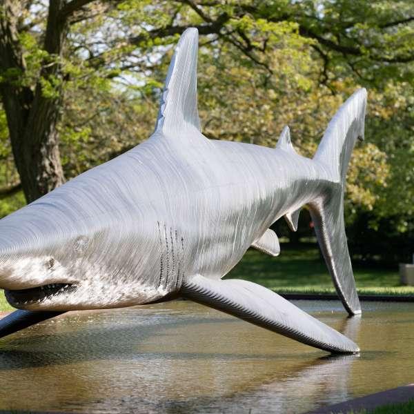 Skulptur af en haj i skulpturparken på kunstudstillingen NordArt i Bydelstorp