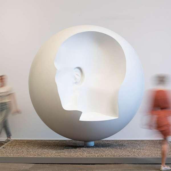 Skulptur med aftryk fra et hoved fra siden på kunstudstillingen NordArt i Bydelstorp