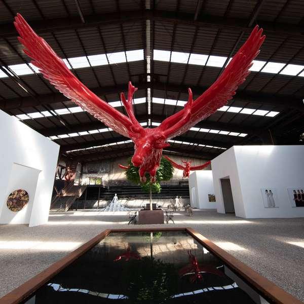 Skulpturer og installationer med et lille bassin i forgrunden på kunstudstillingen NordArt i Bydelstorp