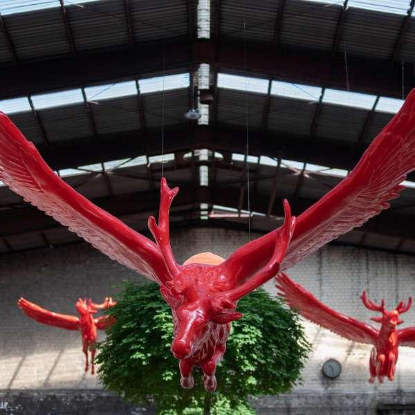 Skulpturer som hænger ned fra loftet på kunstudstillingen NordArt i Bydelstorp