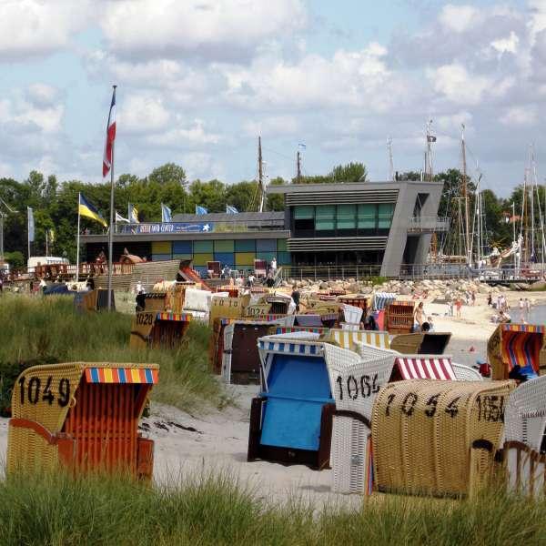 Strandkurve og stranden i Egernførde med Ostsee Info-Center i baggrunden