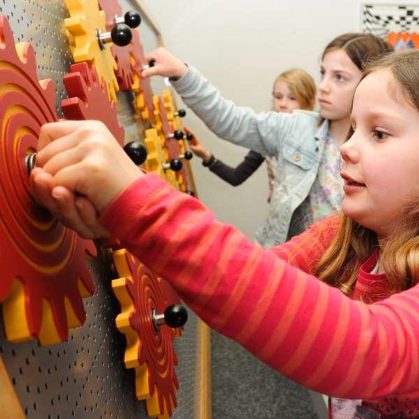 Fascinerende sammenspil: Børnene iagttager tandhjulenes funktioner på Phänomenta i Flensborg