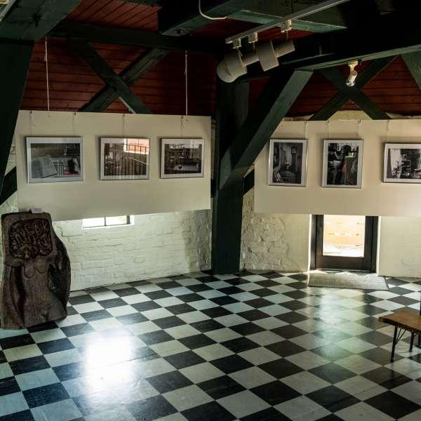 Udstilling om Mikkelbergs afdøde grundlægger og leder Henry Buhl i mølletårnet på Mikkelberg - Nordisk center for kunst og cricket i Hatsted