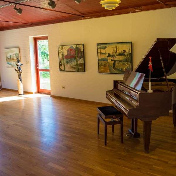 Udstillingslokale med flygel på Mikkelberg - Nordisk center for kunst og cricket i Hatsted
