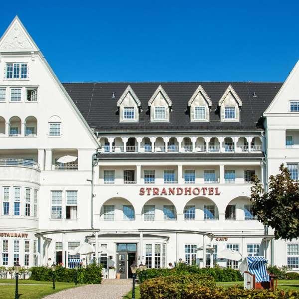 Den ikoniske facade af Strandhotel Glücksburg ved Flensborg