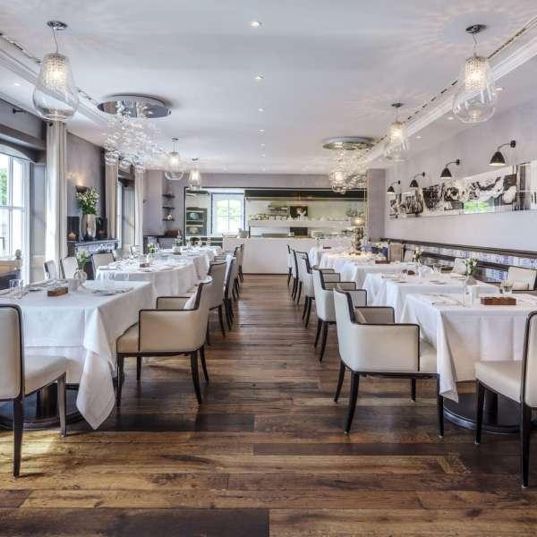 Fint dækkede borde på stjernerestauranten Söl'ring Hof i Rantum på Sild