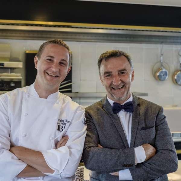 Køkkenchef Jan-Philipp Berner og vært Johannes King på stjernerestauranten Söl'ring Hof i Rantum på Sild