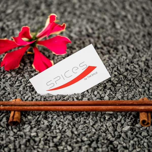 Spisepinde med restaurantens visitkort på restauranten Spices by Tim Raue i ferieresorten A-ROSA på Sild