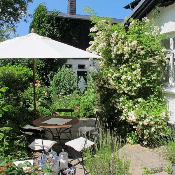 Terrassen og haven på Café Kranz i Nisvrå ved Gelting