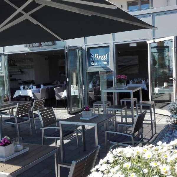 Terrassen og selve restauranten på restaurant Miral i Egernførde