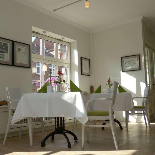 To fint dækkede borde ved vinduet på restauranten Handwerkerhaus i Husum